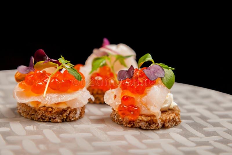 Αυγά σολομών, ψάρια, και καναπεδάκια χορταριών στοκ εικόνες με δικαίωμα ελεύθερης χρήσης