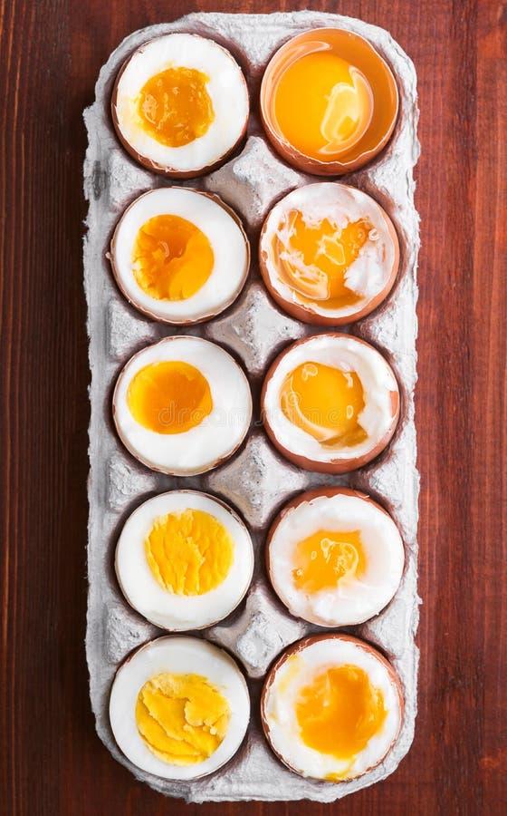 Αυγά στις ποικιλίες βαθμών της διαθεσιμότητας ανάλογα με το χρόνο των βράζοντας αυγών στοκ εικόνες με δικαίωμα ελεύθερης χρήσης