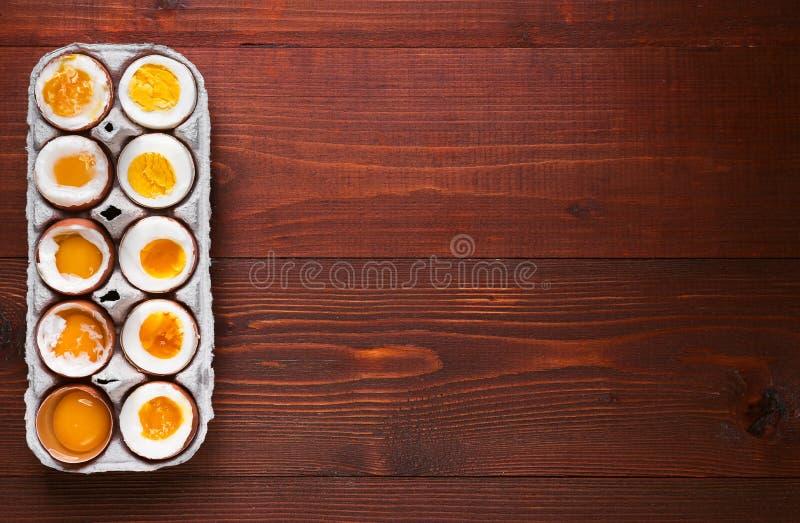Αυγά στις ποικιλίες βαθμών της διαθεσιμότητας ανάλογα με το χρόνο των βράζοντας αυγών στοκ εικόνες