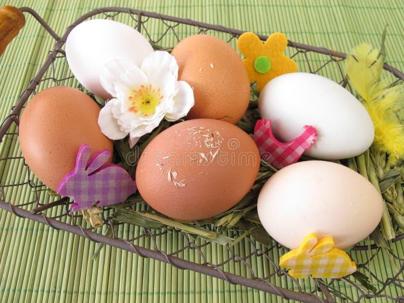 Αυγά στο καλάθι Πάσχας στοκ εικόνες με δικαίωμα ελεύθερης χρήσης