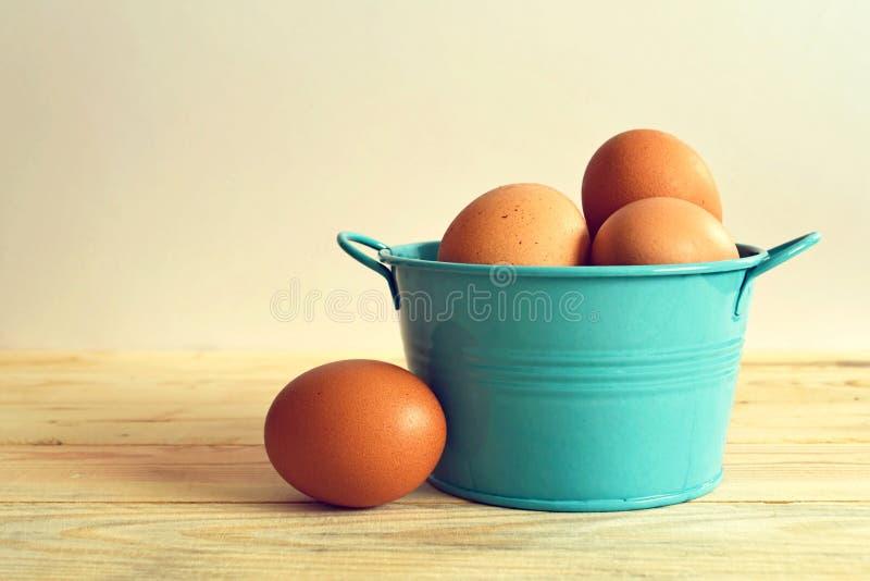 Αυγά στο μπλε κύπελλο μετάλλων στοκ φωτογραφία