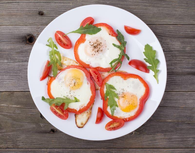 Αυγά στο πιπέρι σε ένα πιάτο σε έναν πίνακα στοκ φωτογραφία με δικαίωμα ελεύθερης χρήσης