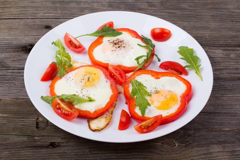 Αυγά στο πιπέρι σε ένα πιάτο στοκ φωτογραφίες