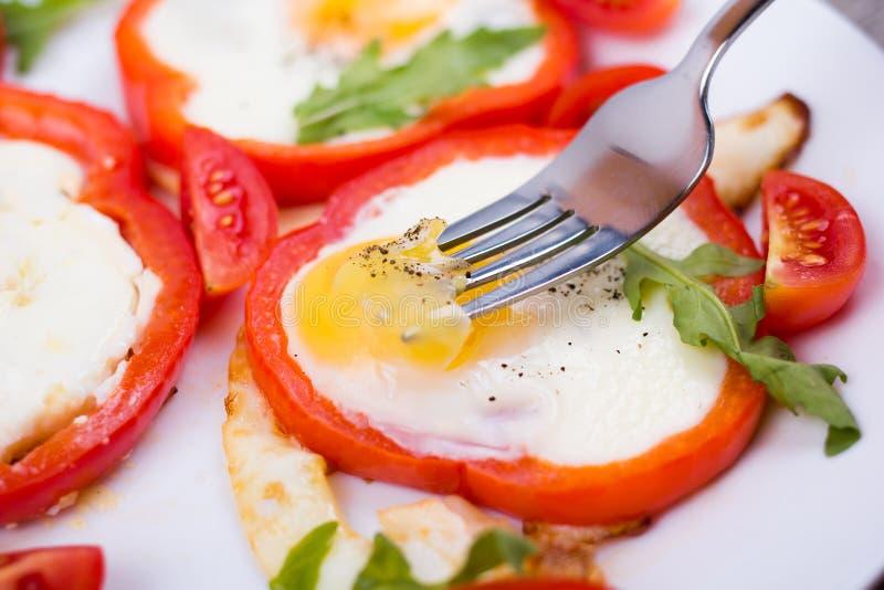 Αυγά στο πιπέρι σε ένα πιάτο στοκ εικόνα
