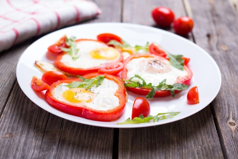 Αυγά στο πιπέρι σε ένα πιάτο στοκ φωτογραφία με δικαίωμα ελεύθερης χρήσης