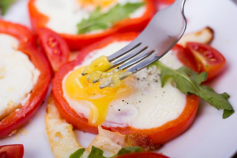 Αυγά στο πιπέρι σε ένα πιάτο στοκ εικόνες