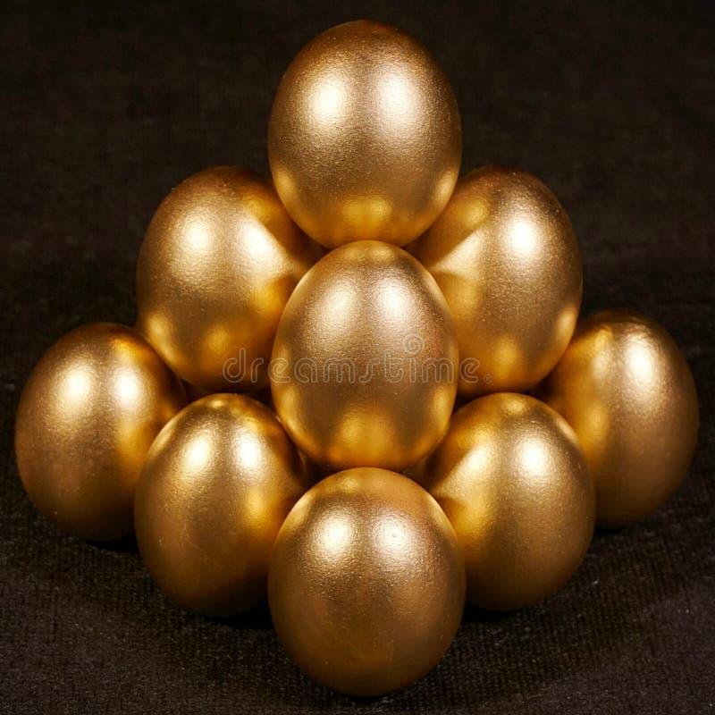αυγά χρυσά Χρυσά αυγά στο μαύρο υπόβαθρο στοκ εικόνα με δικαίωμα ελεύθερης χρήσης