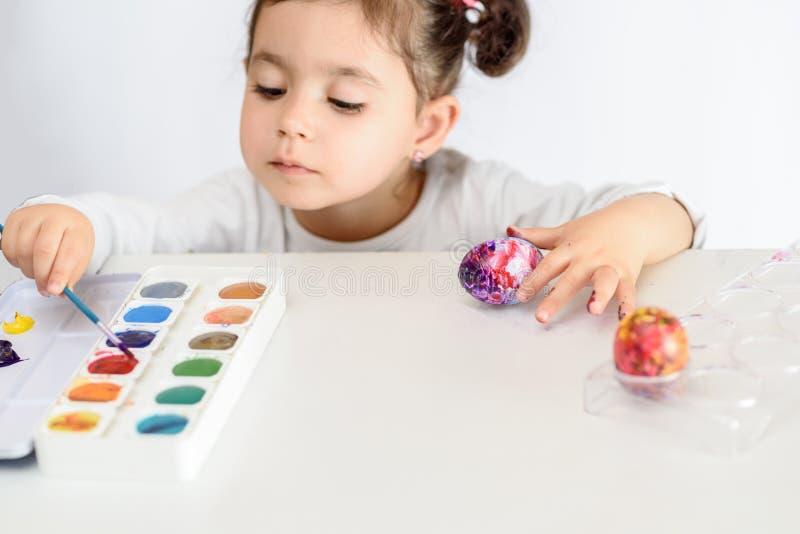 Αυγά χρωματισμού για το χρόνο Πάσχας στο σπίτι στοκ φωτογραφία με δικαίωμα ελεύθερης χρήσης