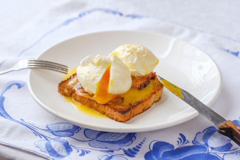 Αυγά Benedict με το μπέϊκον Κλασική κορυφή προγευμάτων στοκ εικόνες