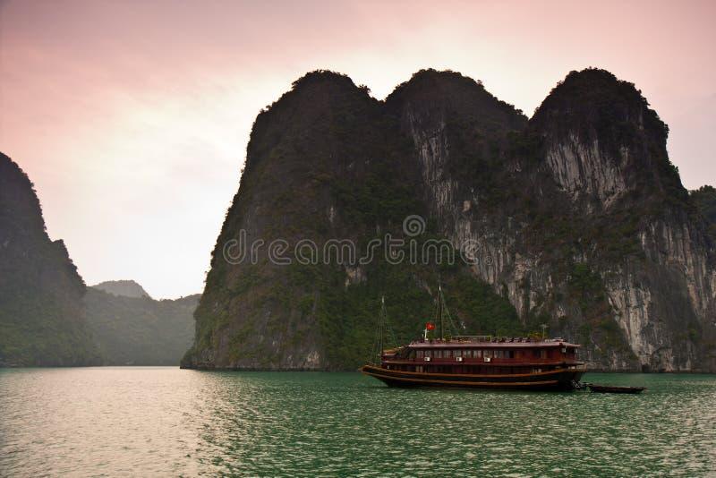 αυγή κόλπων halong στοκ εικόνα
