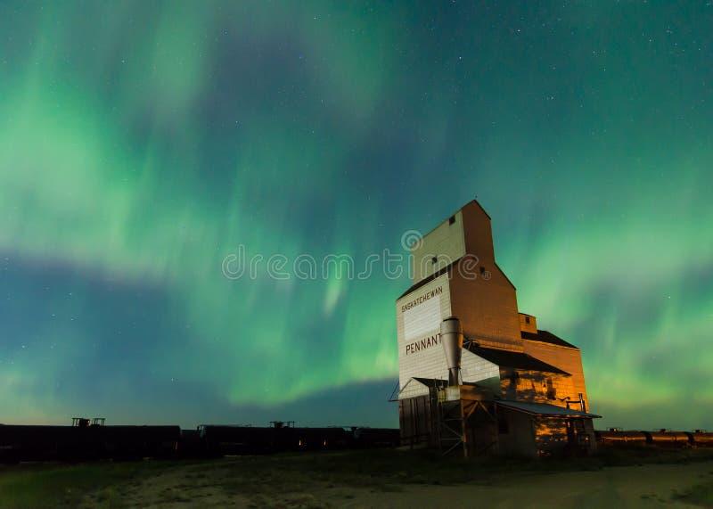 Αυγή Borealis πέρα από μια σιταποθήκη στο Saskatchewan, Καναδάς στοκ εικόνες