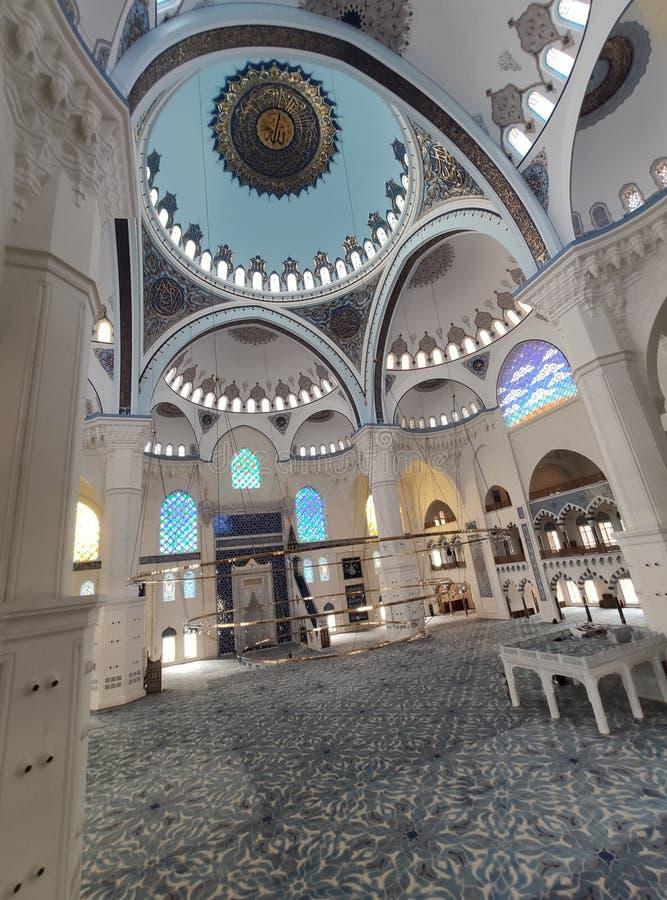 4 Αυγούστου 19 άποψη προαυλίων ΜΟΥΣΟΥΛΜΑΝΙΚΏΝ ΤΕΜΕΝΏΝ CAMLICA στη Ιστανμπούλ, Τουρκία Το μουσουλμανικό τέμενος Camlica είναι μεγα στοκ εικόνα με δικαίωμα ελεύθερης χρήσης
