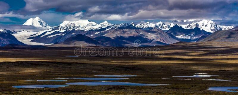 26 Αυγούστου 2016 - λίμνες της κεντρικής από την Αλάσκα σειράς - καθοδηγήστε 8, εθνική οδός Denali, Αλάσκα, ένας βρώμικος δρόμος  στοκ εικόνες με δικαίωμα ελεύθερης χρήσης
