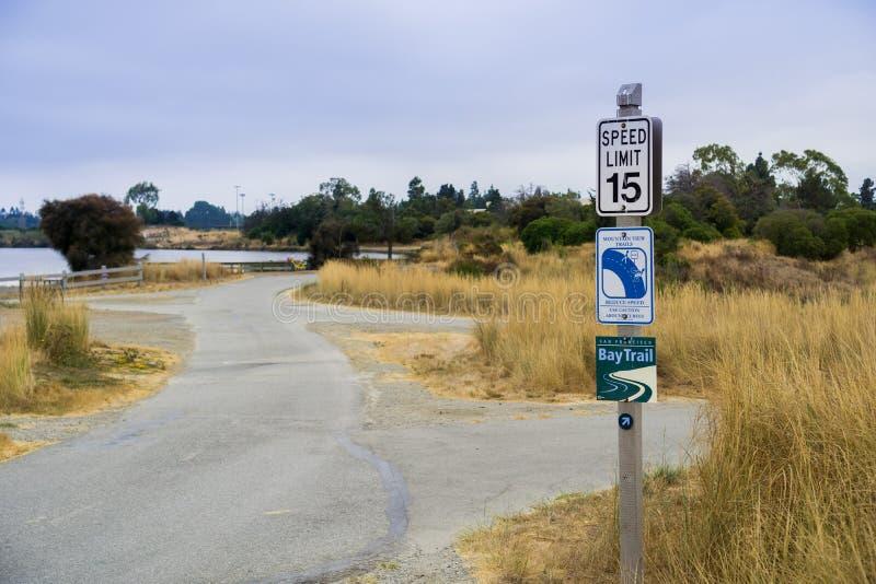 29,2017 Αυγούστου βουνό View/CA/USA - σημάδι ορίου ταχύτητας που αφιερώνεται κυρίως στα ποδήλατα σε ένα στρωμένο τμήμα του κόλπου στοκ εικόνα με δικαίωμα ελεύθερης χρήσης