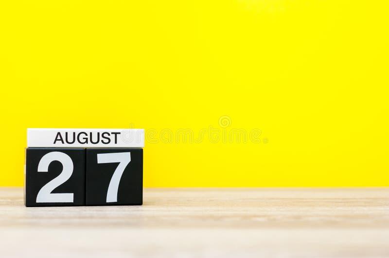 27 Αυγούστου Εικόνα της 27ης Αυγούστου, ημερολόγιο στο κίτρινο υπόβαθρο με το κενό διάστημα για το κείμενο νεολαίες ενηλίκων στοκ εικόνα