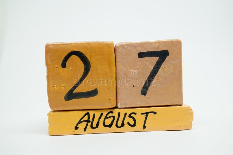 27 Αυγούστου Ημέρα 27 του μήνα, χειροποίητο ξύλινο ημερολόγιο που απομονώνεται στο άσπρο υπόβαθρο θερινός μήνας, ημέρα της έννοια στοκ εικόνα