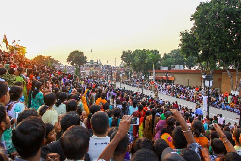 15,2018 Αυγούστου, σύνορα Wagha, Amritsar, Ινδία Ινδικό ενθαρρυντικής και ημέρας της ανεξαρτησίας εορτασμού πλήθους γεγονός ινδικ στοκ φωτογραφία με δικαίωμα ελεύθερης χρήσης