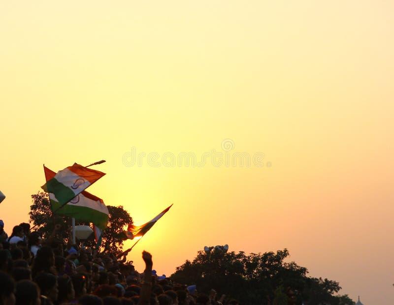 15,2018 Αυγούστου, σύνορα Wagha, Amritsar, Ινδία Ινδικό ενθαρρυντικής και ημέρας της ανεξαρτησίας εορτασμού πλήθους γεγονός ινδικ στοκ εικόνες με δικαίωμα ελεύθερης χρήσης