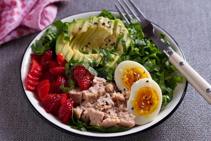 Αυγό αβοκάντο φραουλών τόνου και σαλάτα σπανακιού Σαλάτα ψαριών τόνου στοκ φωτογραφίες με δικαίωμα ελεύθερης χρήσης
