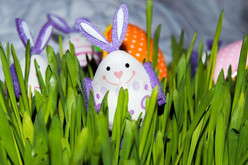 Αυγό λαγουδάκι Πάσχας στη χλόη στοκ φωτογραφία με δικαίωμα ελεύθερης χρήσης