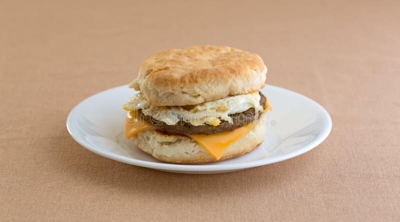Αυγό λουκάνικων προγευμάτων και μπισκότο τυριών στο πιάτο στοκ φωτογραφίες
