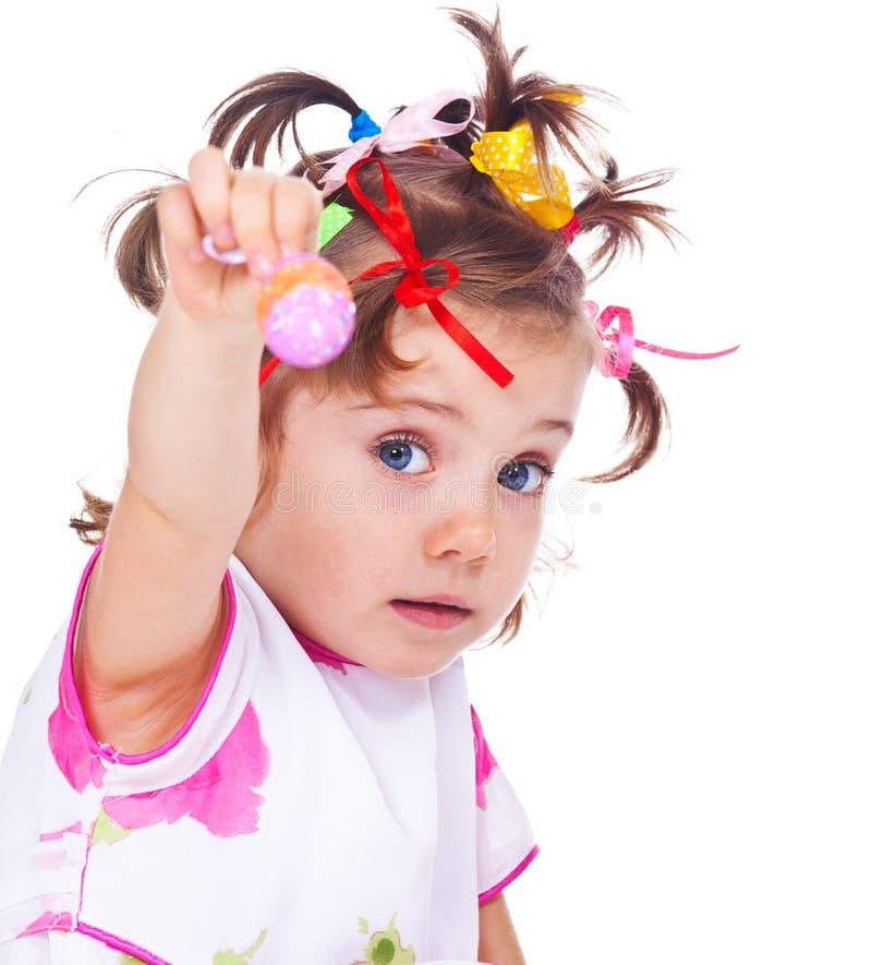 Αυγό Πάσχας εκμετάλλευσης κοριτσιών στοκ εικόνα με δικαίωμα ελεύθερης χρήσης