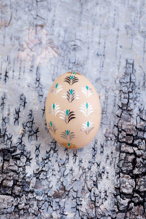 Αυγό Πάσχας σε ξύλινο στοκ φωτογραφία με δικαίωμα ελεύθερης χρήσης