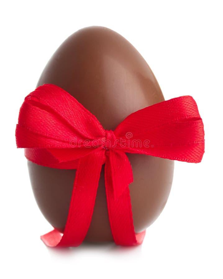 Αυγό Πάσχας σοκολάτας με την κορδέλλα χρώματος στο άσπρο υπόβαθρο στοκ φωτογραφίες με δικαίωμα ελεύθερης χρήσης