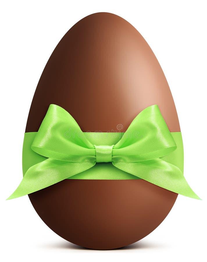 Αυγό Πάσχας σοκολάτας με το τόξο κορδελλών που απομονώνεται στη λευκιά ΤΣΕ στοκ φωτογραφίες
