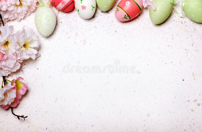 Αυγό Πάσχας χαριτωμένο και υπόβαθρο λουλουδιών στοκ φωτογραφίες με δικαίωμα ελεύθερης χρήσης