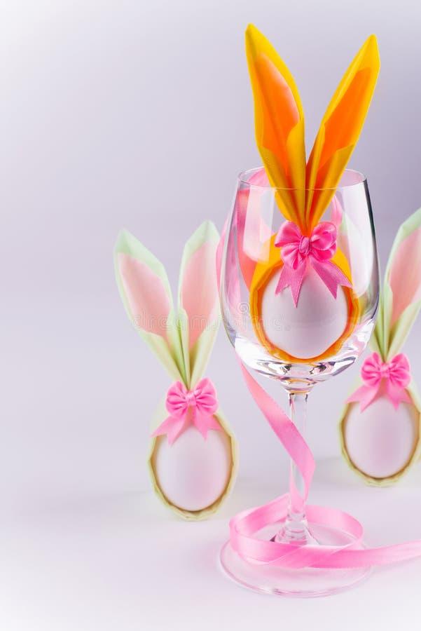 Αυγό πετσετών λαγουδάκι Πάσχας στο γυαλί στοκ φωτογραφία με δικαίωμα ελεύθερης χρήσης