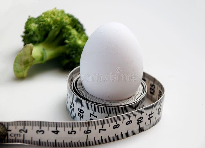 Αυγό που τυλίγεται γύρω με μια μετρώντας ταινία στοκ εικόνα