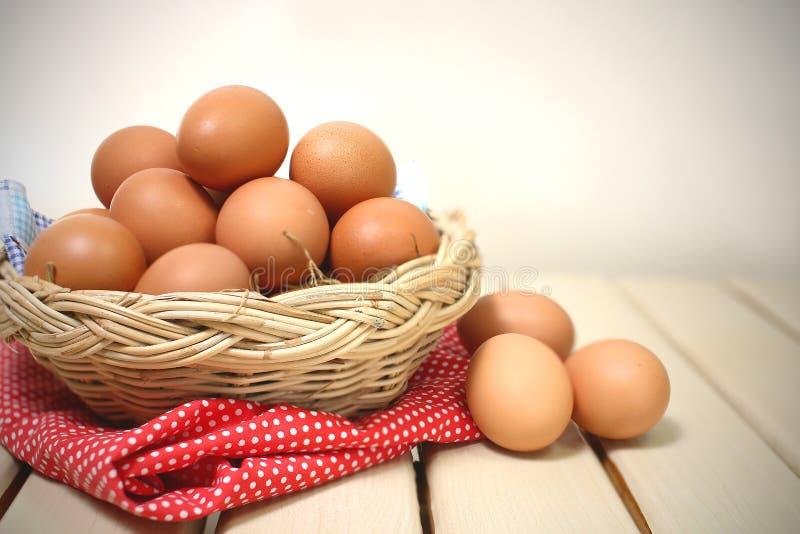 Αυγό σε ένα καλάθι στοκ φωτογραφίες με δικαίωμα ελεύθερης χρήσης
