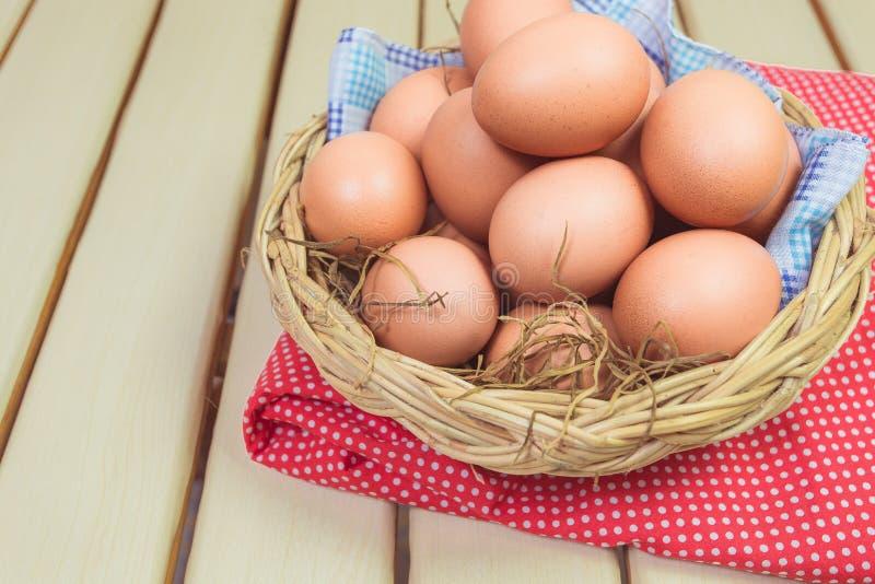 Αυγό σε ένα καλάθι στοκ φωτογραφίες