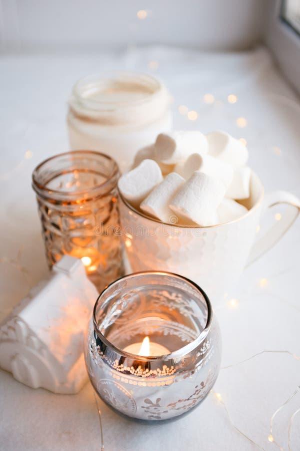 Αυθεντική ήρεμη ατμόσφαιρα Αργό ύφος διαβίωσης Hygge σογιών άνετο πρωί φθινοπώρου ή χειμώνα στο σπίτι στοκ εικόνες με δικαίωμα ελεύθερης χρήσης