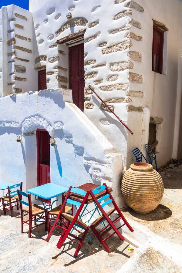 Αυθεντική παραδοσιακή Ελλάδα - χαριτωμένα tavernas οδών στοκ εικόνες