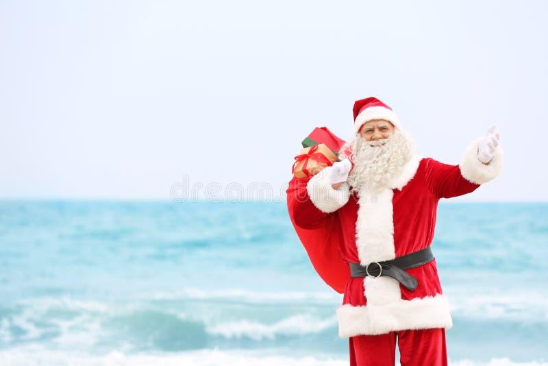 Αυθεντικός Άγιος Βασίλης με το μεγάλο κόκκινο σύνολο τσαντών των δώρων στοκ εικόνα με δικαίωμα ελεύθερης χρήσης