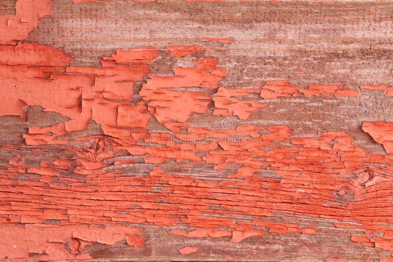 Αυθεντικός ξύλινος τοίχος με την αποφλοίωση από το κόκκινο χρώμα στοκ εικόνες