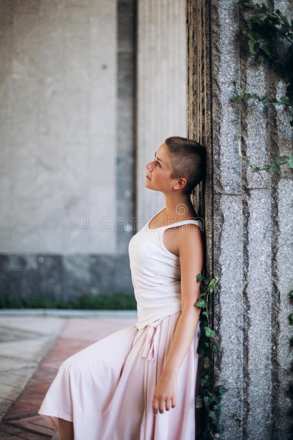Αυθεντικό κορίτσι που χορεύει στην οδό χωρίς παπούτσια στοκ φωτογραφία με δικαίωμα ελεύθερης χρήσης