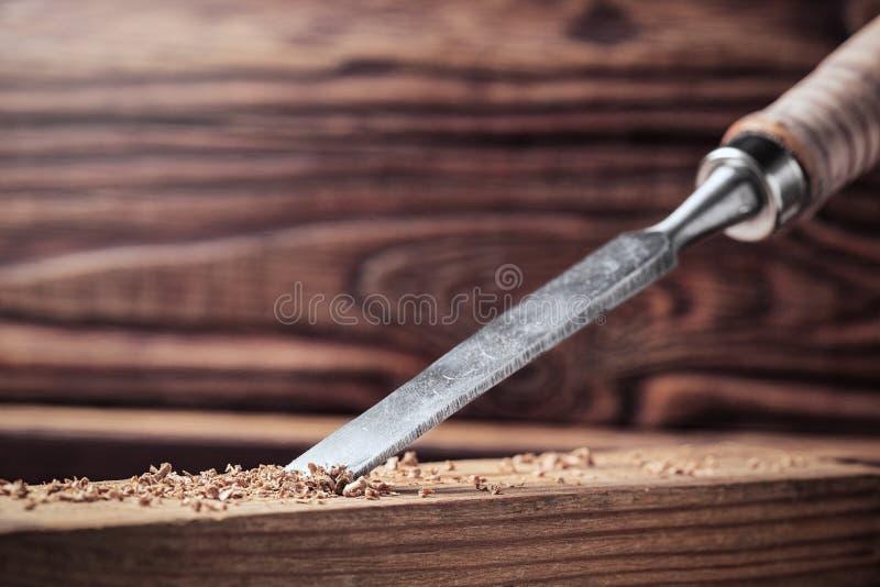 Αυλάκι περικοπών σμιλών στην ξύλινη σανίδα πεύκων joinery, ξύλινη γλυπτική, ικανότητα ξυλουργών στοκ φωτογραφία με δικαίωμα ελεύθερης χρήσης