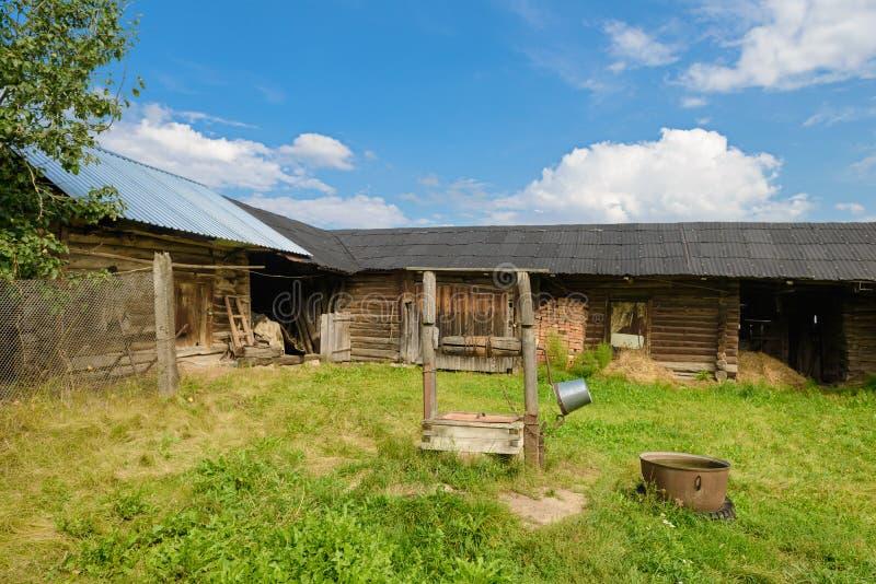 Αυλή με μια ξύλινη σιταποθήκη στοκ φωτογραφίες με δικαίωμα ελεύθερης χρήσης