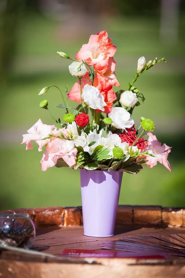 Αυξήθηκε ανθοδέσμη λουλουδιών στον ξύλινο πίνακα στοκ εικόνα με δικαίωμα ελεύθερης χρήσης