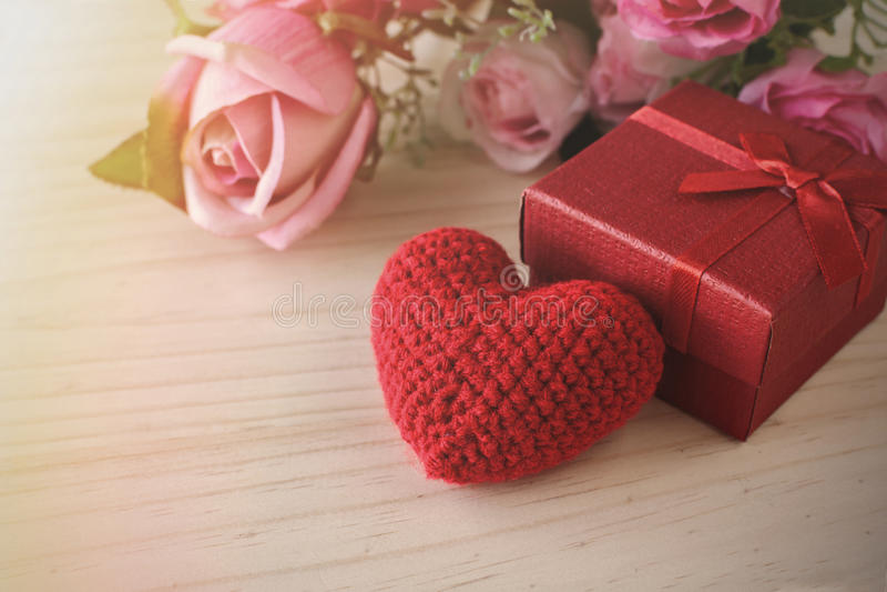 Αυξήθηκε και με το κόκκινο κιβώτιο δώρων και την κόκκινη μορφή καρδιών, ημέρα του βαλεντίνου στοκ εικόνα με δικαίωμα ελεύθερης χρήσης