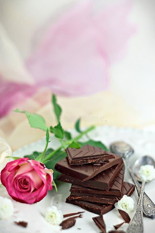 Αυξήθηκε και σκοτεινή σοκολάτα στοκ εικόνες