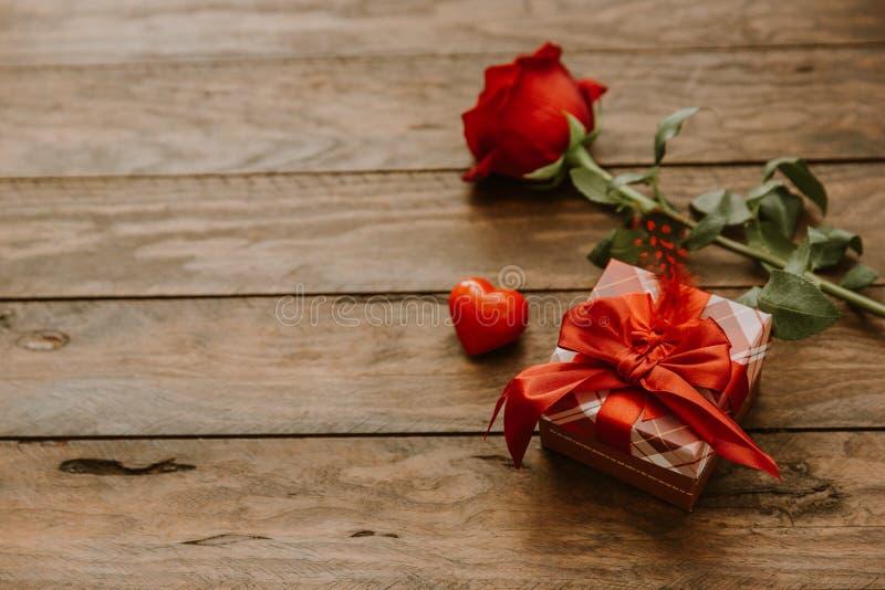 Αυξήθηκε λουλούδια και κιβώτιο δώρων στοκ φωτογραφία με δικαίωμα ελεύθερης χρήσης