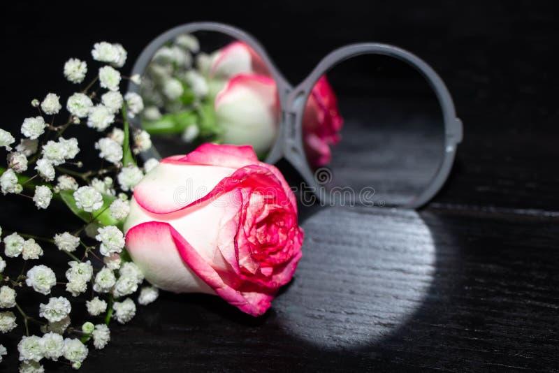 Αυξήθηκε λουλούδι κοντά στον ανοικτό καθρέφτη και απεικόνισε σε το στοκ εικόνες με δικαίωμα ελεύθερης χρήσης