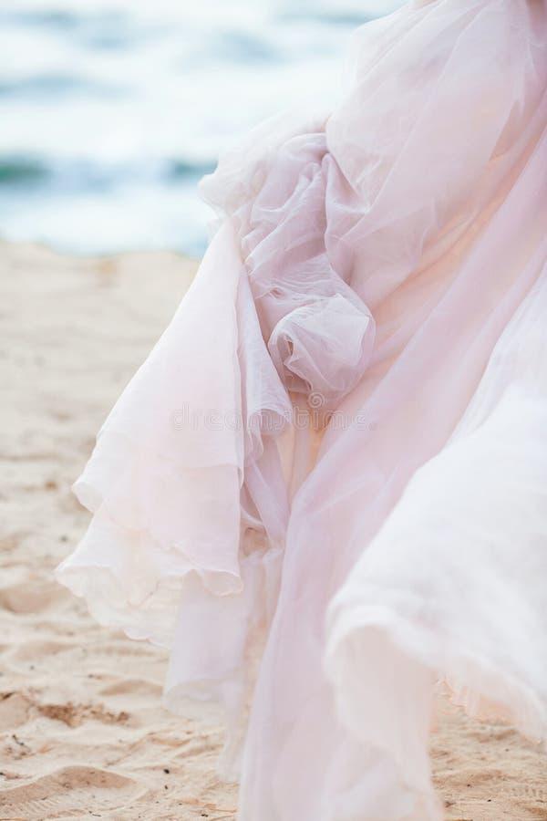 Αυξήθηκε πέπλο χαλαζία Μπλε κυματισμοί που κυματίζουν προς την ελαφριά ακτή παραλιών άμμου στο υπόβαθρο στοκ εικόνα