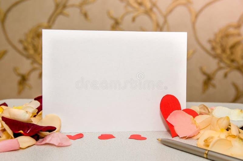 αυξήθηκε πέταλα και κενή κάρτα δώρων για το κείμενο στοκ φωτογραφία με δικαίωμα ελεύθερης χρήσης