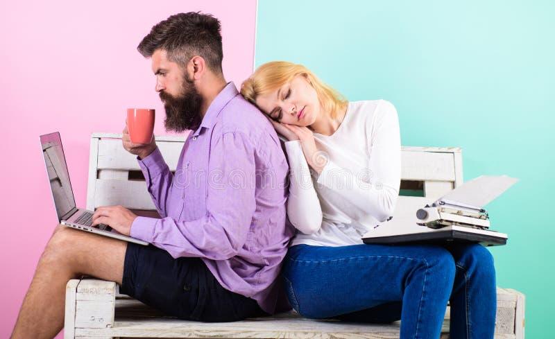 Αυξήστε την παραγωγικότητά σας χρησιμοποιώντας τη σύγχρονη τεχνολογία Τεχνική πρόοδος Αναδρομικοί γραφομηχανή και άνδρας ύπνου γυ στοκ εικόνα με δικαίωμα ελεύθερης χρήσης
