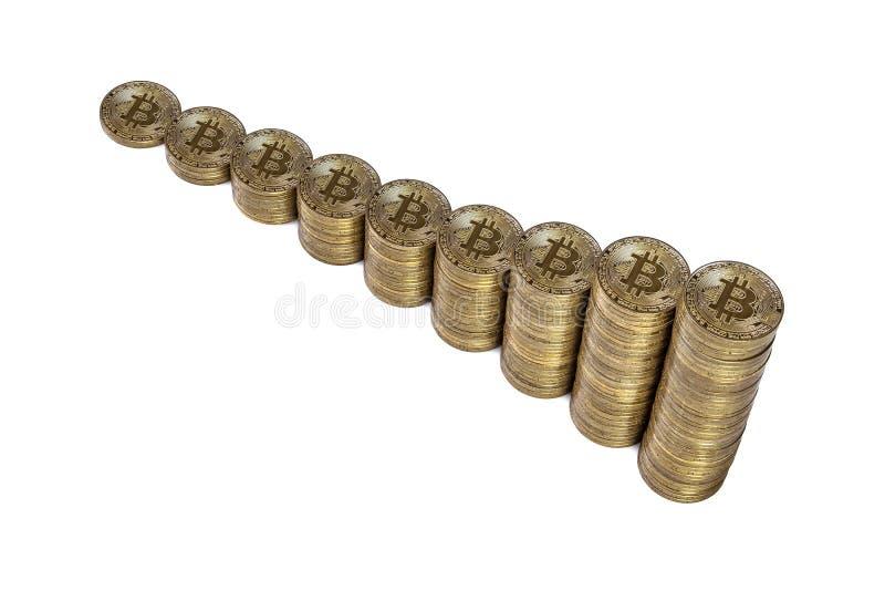 Αυξανόμενος το διάγραμμα από τις στήλες των χρυσών νομισμάτων που απομονώνονται στο άσπρο υπόβαθρο Να αυξηθεί επάνω του cryptocur στοκ εικόνα
